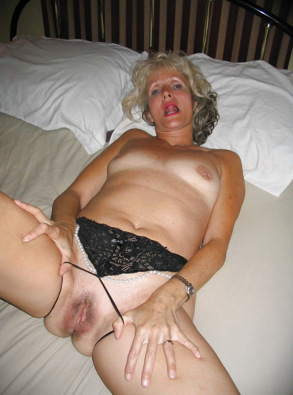 Развратная пожилая дама просто
